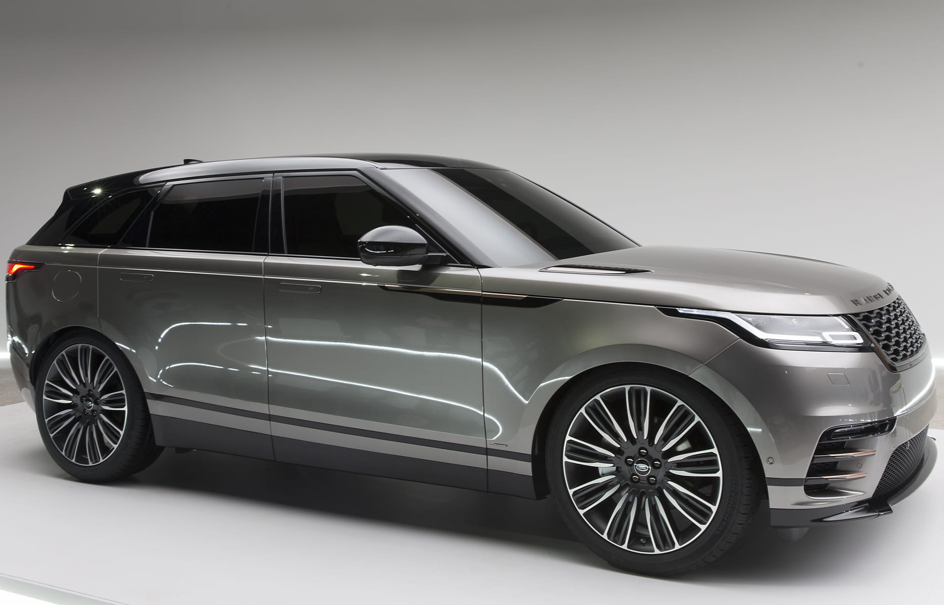 milan amy et massimo frascella d voilent le nouveau range rover velar. Black Bedroom Furniture Sets. Home Design Ideas